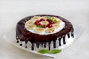 Полить шоколадом. Фрукты можно покрыть специальным прозрачным желе для тортов. Приготовить его, как написано на упаковке. Охладить торт перед подачей. Приятного чаепития.