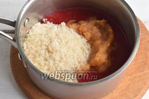 В протёртое малиновое пюре добавить 1/3 части подготовленного яблочного пюре и 1/3 часть сахара. Уварить на медленном огне до густого состояния, постоянно помешивая.