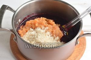 В ежевичное пюре добавить 1/3 часть подготовленного яблочного пюре и 1/3 часть сахара.
