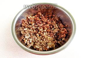 Подготовленные грибы и лук пропустить через среднюю решётку мясорубки.