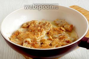 Затем разогреть в сковороде растительное масло и обжарить отбивные сначала с одной стороны до румяной корочки. Это можно делать под крышкой.