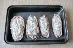 Заполнить баклажаны начинкой и поставить в духовку, разогретую до 180-190°С. Запекать баклажаны 25-30 минут.