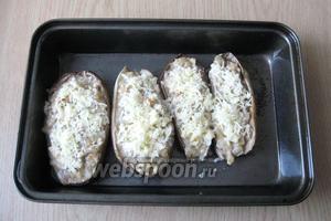 Достать из духовки и посыпать баклажаны тёртым сыром.