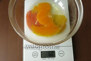 Яйцо разбиваем и слегка взбиваем, всего надо 60 г.
