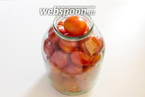 Наполните банку чистыми помидорами. Предварительно каждый плод в области плодоножки наколите при помощи зубочистки.