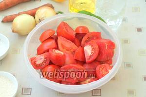 Помидоры помыть и разрезать на 4 части, удалить плодоножку.
