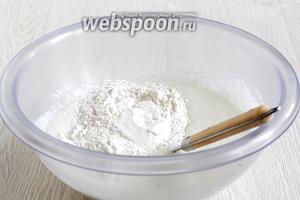 Всыпать муку и замесить тесто. Муку лучше подсыпать постепенно. Тесто не должно получиться твёрдым и плотным.
