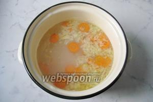 Добавить в рыбный бульон нарезанный картофель, лук и морковь. Проварить 15 минут.