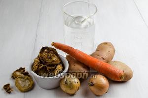 Чтобы приготовить суп, нужно взять кабачки сушёные, воду, картофель, морковь, лук, масло подсолнечное, соль, перец.