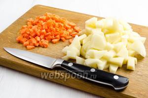 Тем временем подготовить овощи. Картофель и морковь очистить, вымыть, просушить. Нарезать кубиком.