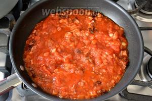 Затем добавить одновременно томатное пюре и помидоры в собственном соку (которые предварительно можно размять вилкой).