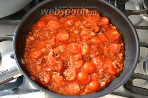 Следом положить разрезанные пополам помидорки черри. Проверить количество соли, накрыть соус крышкой и потушить соус на медленном огне около 20 минут. При необходимости помешивать.