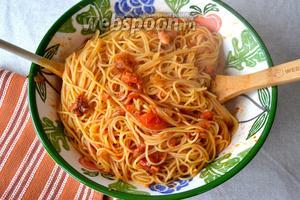 Тем временем отварить спагетти в кипящей подсоленой воде, согласно времени, указанному на упаковке. Слить воду и перемешать спагетти с готовым соусом. Подавать сразу же, украсив, по желанию, листиками свежего базилика.