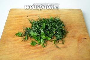 Зелень промыть, обсушить при помощи бумажного полотенечка и мелко нарезать.