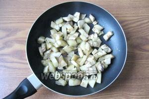 Жарить баклажаны до мягкости 15-20 минут. Этот овощ впитывает в процессе приготовления много масла, поэтому добавьте немного воды в сковороду, чтобы баклажаны не столько жарились, сколько тушились, да и полезней это.