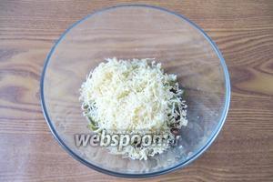 Сыр натереть на тёрке и добавить в салат.