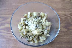 Чеснок измельчить любым способом и добавить в салат.