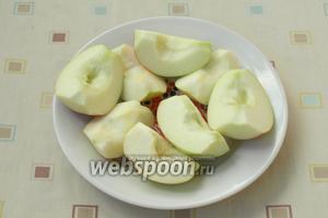 Яблоки разрезать на 4 части, удалить сердцевину с семечками. Чистить яблоки не нужно.