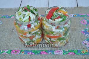 Через 3 часа опять перемешаем. Овощи дадут много сока. Заполним стерильные банки салатом. Накроем стерильными крышками и будем стерилизовать (800 граммовые банки 25 минут, банки по 0,5 л стерилизуем 20 минут).