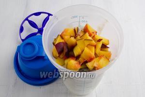 Добавить подготовленные фрукты.