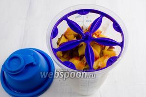 Сверху чаши миксера разместить специальную вставку-шайбу, которая способствует разбиванию комочков и полному смешиванию ингредиентов.