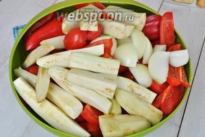 Овощи моем и режем на кусочки, чтобы удобно было пропускать через мясорубку.