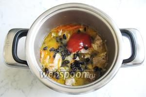 Добавьте фасоль в кастрюлю со свининой. Положите томатную пасту.