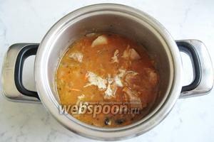 Перемешайте свинину с фасолью и тушите ещё 7-10 минут на медленном огне. Попробуйте жаркое и, если нужно, добавьте сахар.