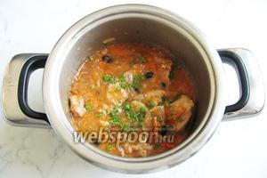 В готовое блюдо добавьте измельчённый чеснок и зелень петрушки или укропа. Подаем жаркое на обед или на ужин. На гарнир лучше взять овощи или соленья.