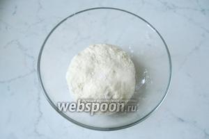 Замесить мягкое тесто, накрыть миску сухим полотенцем или пищевой плёнкой. Поставить в тёплое место.