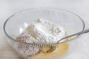Вмешать до однородности яйцо, затем добавить муку с разрыхлителем, ванилином и солью, а так же миндальную крошку.