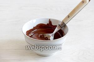 Тем временем растопить шоколад. Его берут произвольное количество. Можно лишь слегка смазать печенье шоколадом, а можно конкретно так налить его в середину лодочек.