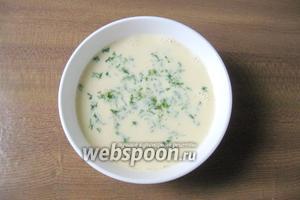Петрушку помыть, мелко нарезать и добавить в яйца со сливками.