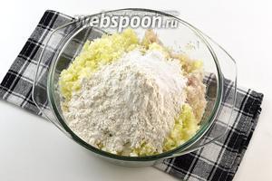 Соединить лук, капусту, муку, разрыхлитель, соль.