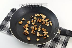 Орехи слегка поджарить на сухой сковороде.