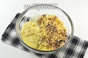 Соединить капусту, сыр, нарезанные орехи, майонез.