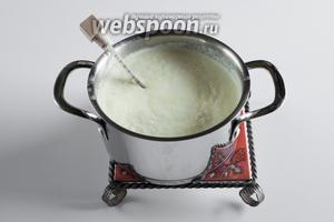 Введите в сливки уксус и доведите смесь до температуры 90-95°С. Она, естественно, скиснет и свернётся.