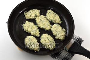 Обжарить оладьи на горячей сковороде с растительным маслом, набирая массу столовой ложкой.