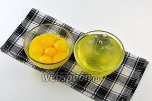 У яиц отделить желтки от белков. Для крема нам понадобятся только желтки.