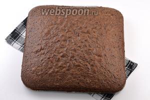 Форму, размером 20х20 см, выложить кулинарной бумагой. Вылить тесто и разровнять. Выпекать при 170°С на протяжении приблизительно 50 минут. Бисквит готов.