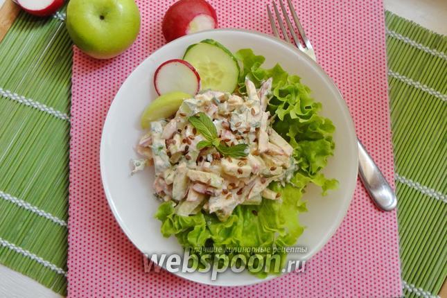 Фото Салат с редиской, огурцом и яблоком