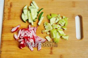 Овощи и яблоко помоем. Затем нарежем всё соломкой.