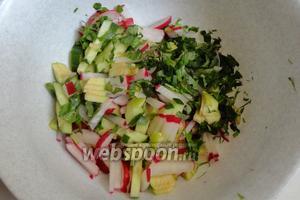 Соединяем нарезанные ингредиенты и зелень в салатнице.