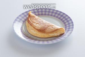 Этот омлет принято подавать в сложенном виде, чтобы подчеркнуть невероятно нежную, непропечённую часть контрастом с внешней золотисто-коричневатой корочкой. Крупные омлеты складываются на сковороде, а потом им дают соскользнуть на сервировочную тарелку. Омлет из 1 яйца в этом плане удобнее — его можно поднять на лопаточке и сложить чуть ли не на весу.