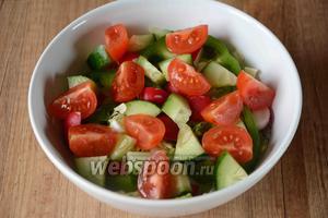 Помидоры черри, режем дольками и произвольно выкладываем в салатник, слегка посыпав солью.