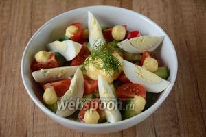 Куриное яйцо порезать на 8 частей. Выкладываем яйцо по краям салатника. Между дольками яиц красиво распределяем сырный соус, также соусом поливаем середину салата, перед подачей украшаем веточкой укропа. Приятного аппетита!
