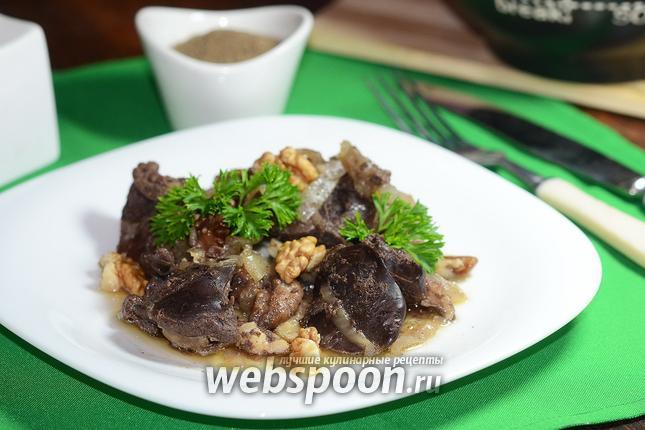 Фото Куриная печень с грецкими орехами на сковороде
