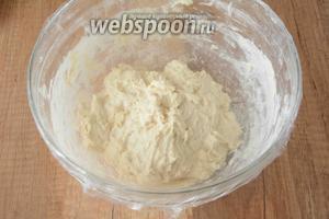 Замесить тесто. Тесто получается немного липковатым. Накрываем тесто пищевой плёнкой, ставим в тёплое место на 2 часа.