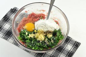 Соединить фарш, подготовленную черемшу, яйцо, муку с содой, пропущенный через чесночницу чеснок. Приправить солью и перцем по вкусу.