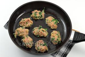 Обжаривать оладьи порционно с обеих сторон, на горячей сковороде с подсолнечным маслом, выкладывая массу с помощью столовой ложки.